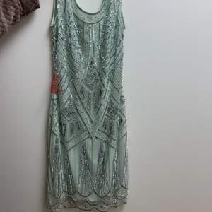 Klänningen är köpt i London för 2 år sedan, köpt för 1200 och säljer för 200 pga att den är för liten. Klänningen är sönder vid dragkedjan. Det går att stänga om man är försiktig, tar lite tid kanske. flera bilder kan skickas:)