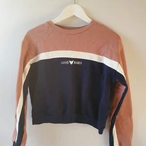 En sweatshirt från Pull&bear i storlek S med fina detaljer. Den är helt oanvänd.