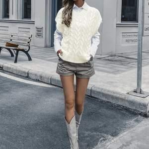 Wow wow wow 🤩                                                               Otroligt fin aldrig använd stickad tröja i längre form . Passar perfekt med min tidigare deal ( skjorttröjan ) som jag rekommenderar ska bäras tillsammans . Vad mer kan jag säga ? Kan det bli bättre när den dessutom är i One Size ? 😋