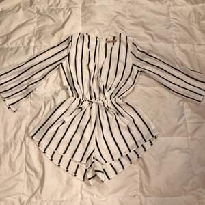 Jättefin randig playsuit, köpt i Australien. Från märket Reverse, storlek M.