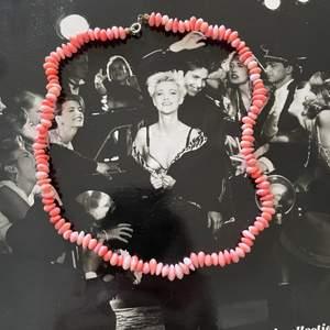 Ett halsband till sommaren! Använder inte då det inte är min stil. Oanvänt. Pris kan diskuteras. Köpare står för frakten🙂