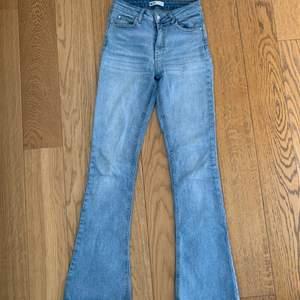 Säljer superfina blåa jeans från GinaTricot🙌🏼🙌🏼De är utsvängda och i storlek S. Använda men i fint sick (tråden runt knappen har låssnat) Skriv om du vill ha fler bilder💓💓Pris går alltid att diskutera!!