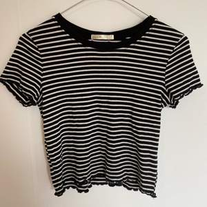 Randig tshirt köpt i USA, strl M men skulle säga XS/S. Jättefina detaljer som visas på bild 2 och 3💕