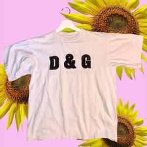 D&G t-shirt som inte är äkta men minst lika fin. De står ingen storlek på men har själv S och den sitter hyfsat oversized på mej, kontakta för frågor mm🤟