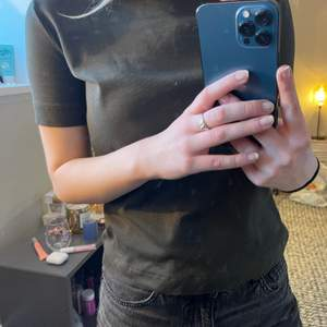 T shirt med stickad krage. Olivgrön i storlek S från Zara Trafaluc