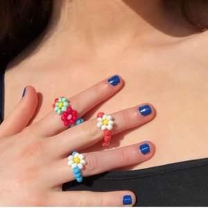 (Lägger ut igen) Säljer dessa ringar som jag själv gjort. Dessa är exempel på hur de ser ut så det går även att lägga en beställning med egen vald design, alltså vilka färger man vill ha (färger på sista bilden). Ring med 1 blomma: 15 kr 🌺 Ring med BARA blommor: 20 kr💕