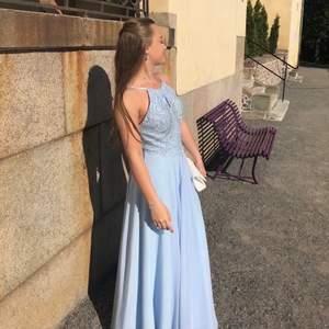 Säljer min superfina balklänning som endast är använd en kväll. Storlek S i klänningen men skulle passa en xs också, jag är 160 men hade klackar på så skulle passa någon lite längre också. Öppen i ryggen och superfina detaljer framtill på överdelen. Köpt för 3500kr Fler bilder kan fixas om det önskas!!💙💙