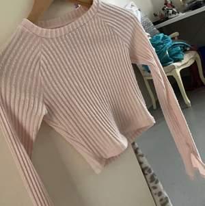 Säljer min hyfsat nya rosa tröja med slits i båda ärmarna, knappt använd.