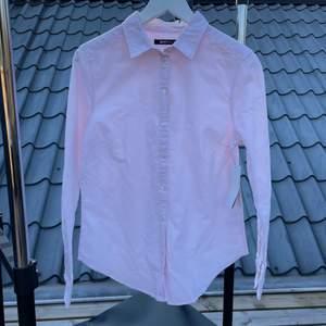 Skjorta från Gina Tricot i storlek 36. Aldrig använd, lapparna sitter fortfarande kvar (nypris 199 kr). Möts upp i Ljungby eller fraktar för 51 kr (endast spårbart)
