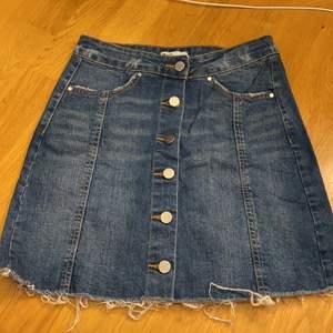 Säljer min blåa jeanskjol, strl. 34. Köparen står för frakt. Katt finns i hemmet