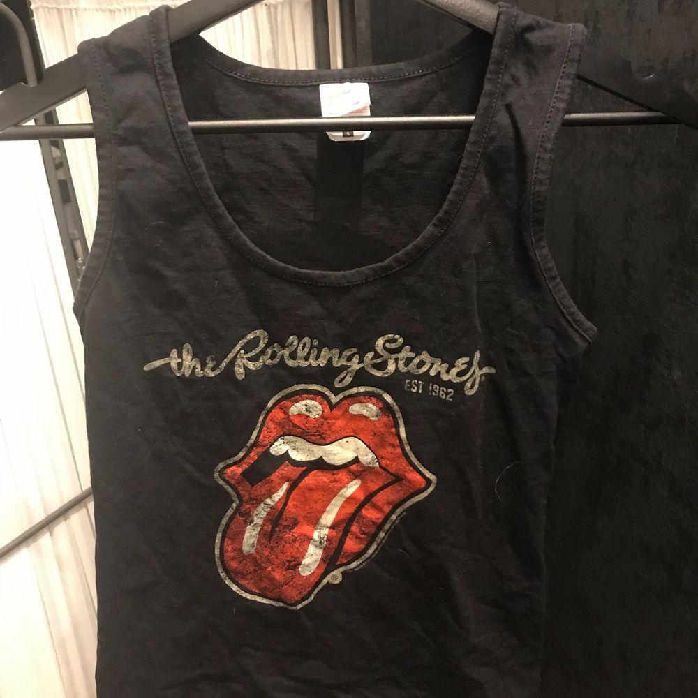 Jätte snyggt Rolling Stones linne! Perfekt till sommaren!❤️  Trycket har en snygg sliten stil. Aldrig använd. Den har inga defekter.❤️ Storlek: S.                     Köparen står för frakt. . Toppar.