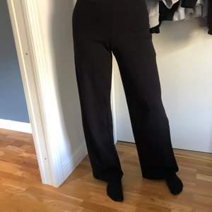 Säljer mina använda byxor från ginatricot då jag inte har någon användning för dom längre. Är 163cm och dom är långa i längden med resår i midjan.