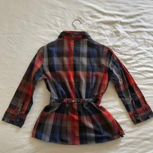 MCD Shirt in extra small size. There are buttons on the back to accentuate the waist. It has really good sewing and the details on the collar and on the sleeves are very nice. Sleeves are 3/4. It has been used some times.