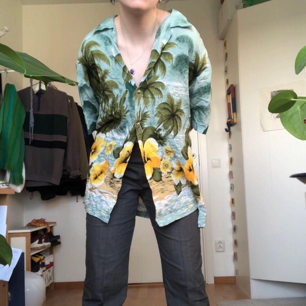 Snygg hawaiiskjorta från betona retro. Knappt använd och i väldigt bra skick. Superskön och luftig. Möts upp annars tillkommer frakt. Skjortor.