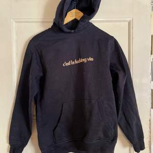 Hov1-merchandise hoodie med texten c'est la fucking vie. Storlek S och är normal i storleken. Texten är aningen flagnad. Väl använd men i superfint skick.