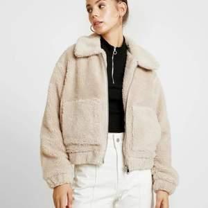 En jätttefin teddy jacka från Urban Outfitters i storlek XS.   Köparen står för frakten som ligger på 65 kr och betalning sker via swish💕
