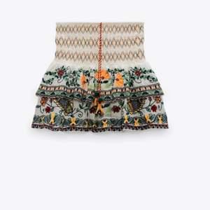 Snygg och unik kjol köpt från zara i somras. Enbart använd en gång alltså mkt bra skick.