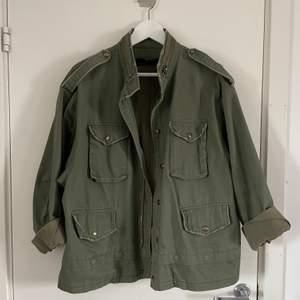 Militärgrön vårjacka från Zara, storlek XL (är själv en XS/S och haft den som en mer overzizead modell) Bra skick, djur och rökfritt. Vid önskemål av fler bilder, skicka privat🤍🤍 (Medföljer ett avtagbart fjäderband som ska sitte längst ner)
