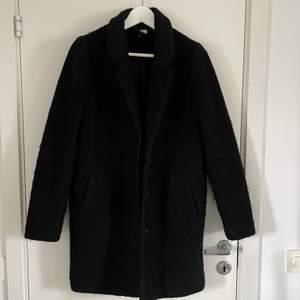 Svart kappa från H&M Divided, storlek 38 men funkar till någon som är XS-M. Bra skick, djur och rökfritt. Vid fler bilder, kontakta privat. 🤍🤍