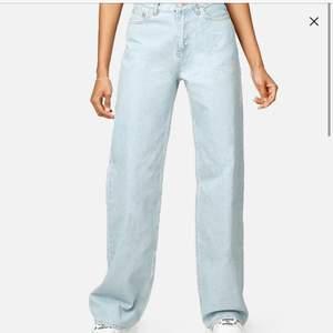 Säljer då mina fina Junkyard jeans HELT OANVÄNDA, ENDAST TESTAD EN GÅNG, säljer dom pågrund av att dom inte passar❤️(nypris 599kr) 28 motsvarar 34-36