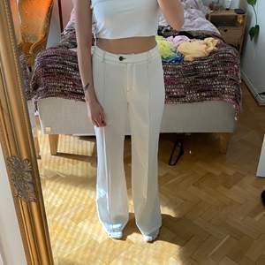 Så snygga vita kostymbyxor med bruna sömmar! Vet inte varför jag säljer dessa egentligen, dom är så snygga och så fint skick! Men behöver pengarna haha.. Har använt dom en gång på en festival 2019.   Jag är 166/167cm lång och har storlek S/36 i kläder, men har oftast större storlek i kläder för jag gillar oversized fit(så ni har ngt att utgå ifrån)  🤝Budgivning sker i kommentarerna, men skriv privat att ni är med och budar.  🤝Jag meddelar vinnaren av budgivningen.  🤝Spårbar frakt på 66kr tillkommer, jag skickar med postnord appen.