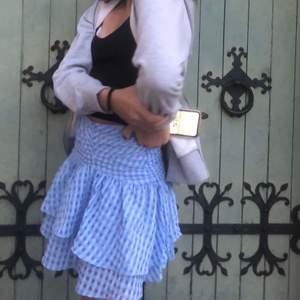 Säljer denna super gulliga kjol från H&M. Kjolen är helt slutsåld och passar perfekt till sommaren. Den är helt oanvänd då den inte passade mig tyvärr💘💘 Budet börjar på 250. Hör av dig till mig om du har frågor eller om du vill ha fler bilder.😋😋 Köparen står för frakt⚡️⚡️