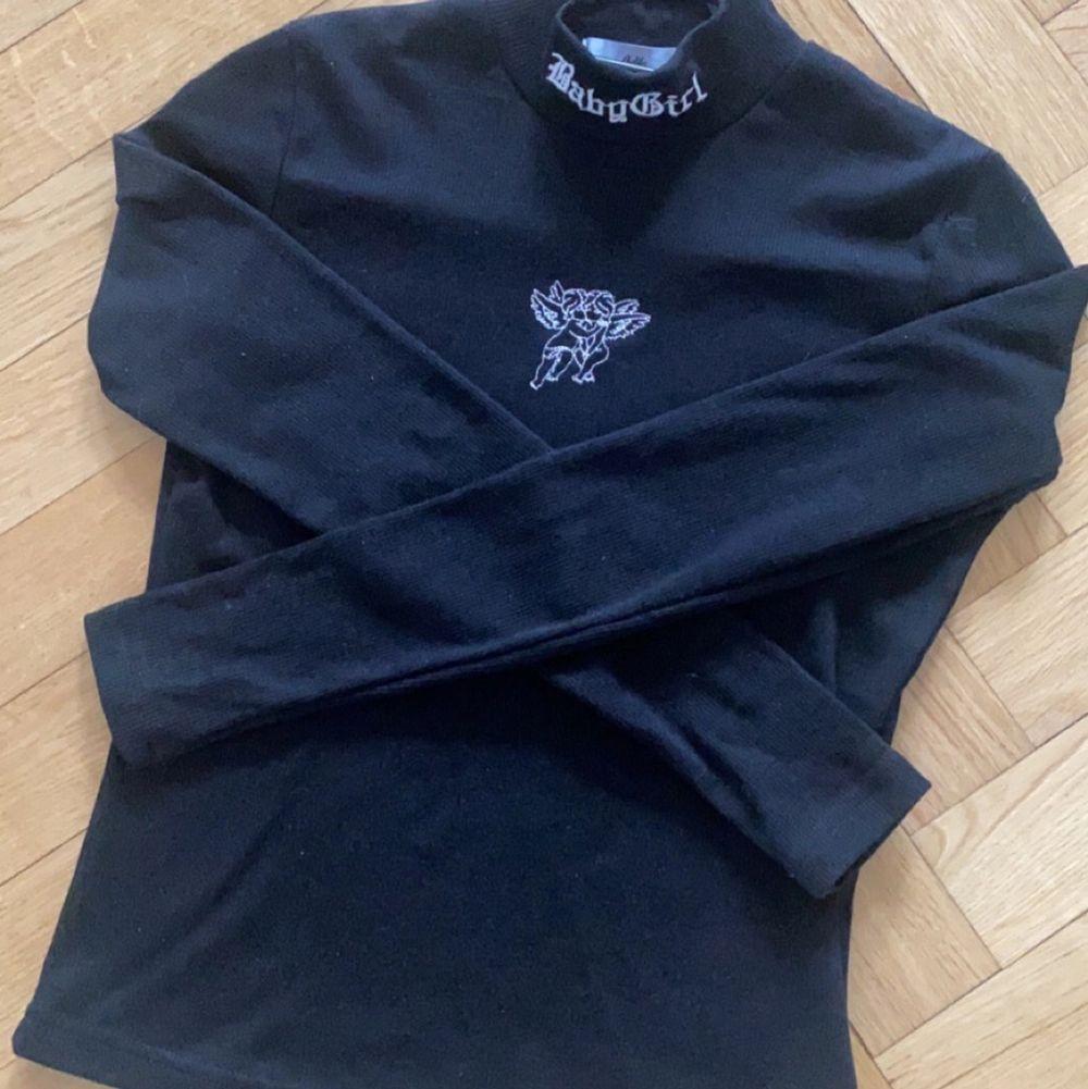 """Snygg tröja med två änglar samt texten """"babygirl"""". Köpt på Adika i New York. Endast använd en gång. Köparen står för frakten, alternativt att vi möts i Norrköping eller Stockholm💖. Toppar."""