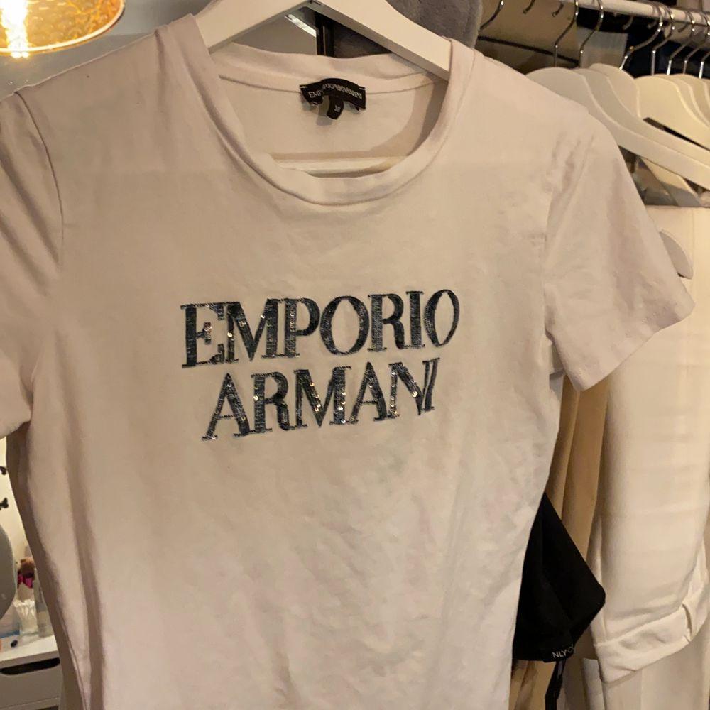 En flitigt använd Emporio Armani t-shirt. Sitter tajt men ät stretchig. Skulle säga att den passar allt mellan 34-38. Skriv för mer info/bilder💕. T-shirts.