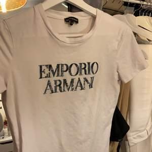En flitigt använd Emporio Armani t-shirt. Sitter tajt men ät stretchig. Skulle säga att den passar allt mellan 34-38. Skriv för mer info/bilder💕