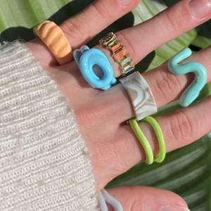 Säljer clayrings, ringar och halsband!!🤩🥳 .................. 10kr/st clayrings.                                                               .  15kr/st guldringar.                                                             . 17kr/st halsband.                                                               .  Frakt alltid 13kr oavsett hur mycket du köper😍🤩👍🏼
