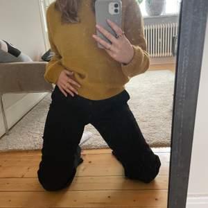 En superfin senapsgul stickad tröja från CLOSED i bra skick. Ursprungspris 2000kr och säljs pga att jag bytt stil... Väldigt skön också får jag medge och inte alls sådär stickig som vissa stickade tröjor kan upplevas😍