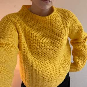 En hemstickad tröja i en fin gul färg. Priset är pga att den är hemstickad