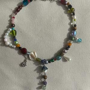 En one of a kind halsband handgjort med sötvattens pärlor och unika glas pärlor halsbandet har även fyraolika kristaller rosékvarts jade ametist och tiger öga