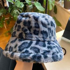 Cool bucket hat från SHEIN i ett blått leopardmönster, spännband inuti så man kan anpassa storleken. Aldrig använd, endast testad