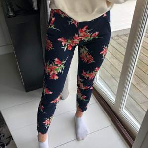 Blommiga kostymbyxor från ZARA. Jättefina men för små för mig :(