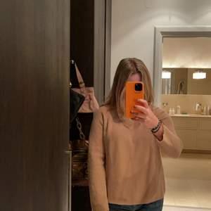 """Nästan oanvänd Massimo Dutti ulltröja. Jag köpte tröjan förra vintern till en semester men använde den aldrig och har endast använt den hemma en gång. Super härlig neutral färg som passar till allt kjol som jeans. Ett bra """"all year around"""" plagg!"""