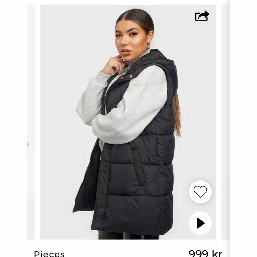 Säljer min Pieces dunjacka med avtagbara armar. Köpt för 1 månad sen och den är använd fåtal gånger, säljer pågrund av fel storlek. Jackor.