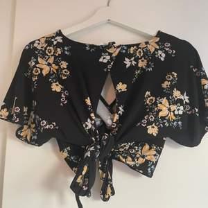 Så fint matchande set från H&M med blommigt mönster, shortsen är i stolek M och toppen i L, passar dock M, går att tighta till rejält! Säljes som set! Säljes då de aldrig används.