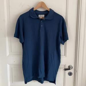 Mörkblå tröja med krage köpt för några år sedan på Ullared. Har använt den ett par gånger men den är i bra skick. Storlek L och tycker den är runt M/L