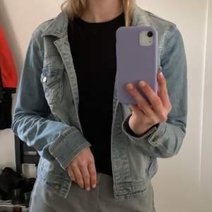 Härlig jeansjacka till sommaren, frakten ingår inte i priset😊