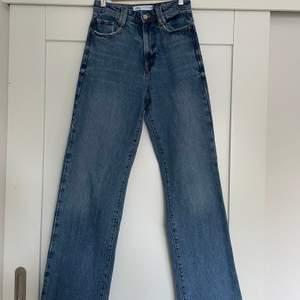 Snygga blå vida jeans från Zara. Köpta här på Plick men har aldrig använda då dom är för små för mig. Jättebra skick. Köparen står för frakt.