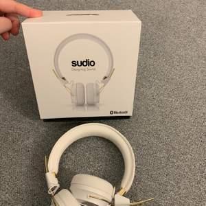Jättefina och sköna sudio bluetooth hörlurar. Dessa hörlurar funkar både med sladd och bluetooth. Har bara använt ett par gånger, så de är i ett ny skick och ljudet funkar precis likadant som när jag köpte de.