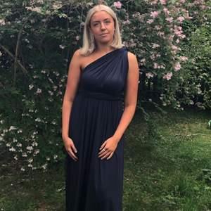 """INTRESSEKOLL ❗️ min älskade balklänning från By Malina som endast använts vid ett tillfälle. Namn - """"Lola Wrap dress"""" och har alltså två långa tygstycken som går från midjan som man sedan kan knyta hur man vill. Nypris 2500kr och undrar om intresse finns."""