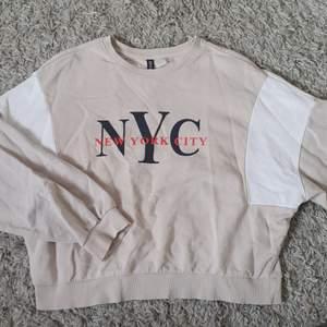 En beige tröja i lite oversized modell. Snygga detaljer på ärmar och tryck på framsidan, köpt på H&M. Knappt använd så väldigt bra skick.