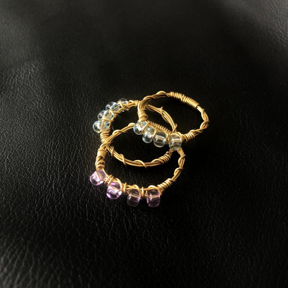 Handgjorda ringar för 39kr/st! Ringarna finns i färgerna blå, lila, vit & creme. Köp 3 valfria ringar för 100kr. Anpassningsbara storlekar. Accessoarer.