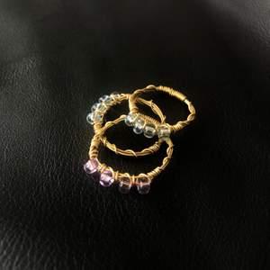 Handgjorda ringar för 39kr/st! Ringarna finns i färgerna blå, lila, vit & creme. Köp 3 valfria ringar för 100kr. Anpassningsbara storlekar