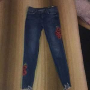 Dem har byxorna är från Zara! Storlek: 36 pris: 150kr jag köpte dem 2020, men det blev för små! Och frakt kostar 25kr