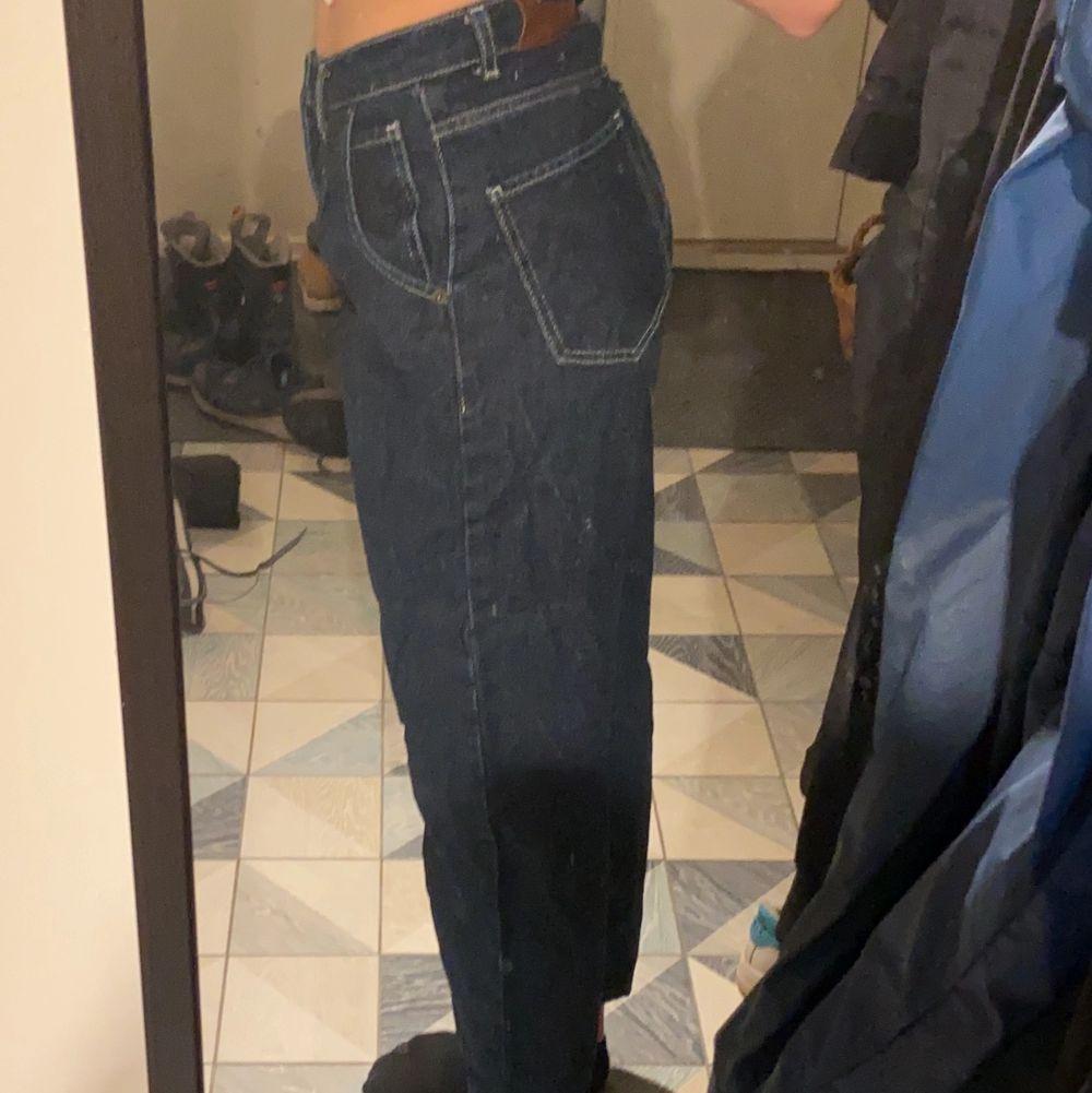 Mörkblå momjeans med vita sömmar, storlek 36, sitter tajta i midja, knappt använda. Jeans & Byxor.