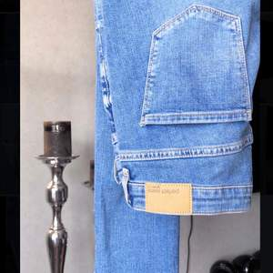 SÅÅ fina jeans som inte kommit till användning då jag inte gillar blåa jeans, fina detaljer! Passar en XS/S!