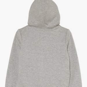 Nu säljer jag min gråa levis hoodie. Storlek: 152-158 CM, 12-13 år. Orginalpris: 399kr. Hoodien är i väldigt bra skick, har använts ganska mycket. Hoodien är inte nopprig eller sliten. Jag säljer denna för att den inte passar mig alls längre. För en fråga, kontakta mig privat!! Om du vill se hoodien på mig, kontakta mig! (OBS! Den röda rutan mitt i hoodien är specialgjord till en mjuk och skönt material, nästan som en matta!)